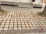 در مجتمع تجاری آکسون از آجر قزاقی 20*20 کف فرش تولید شرکت آجر قزاقی کیمیا کهن استفاده شده است